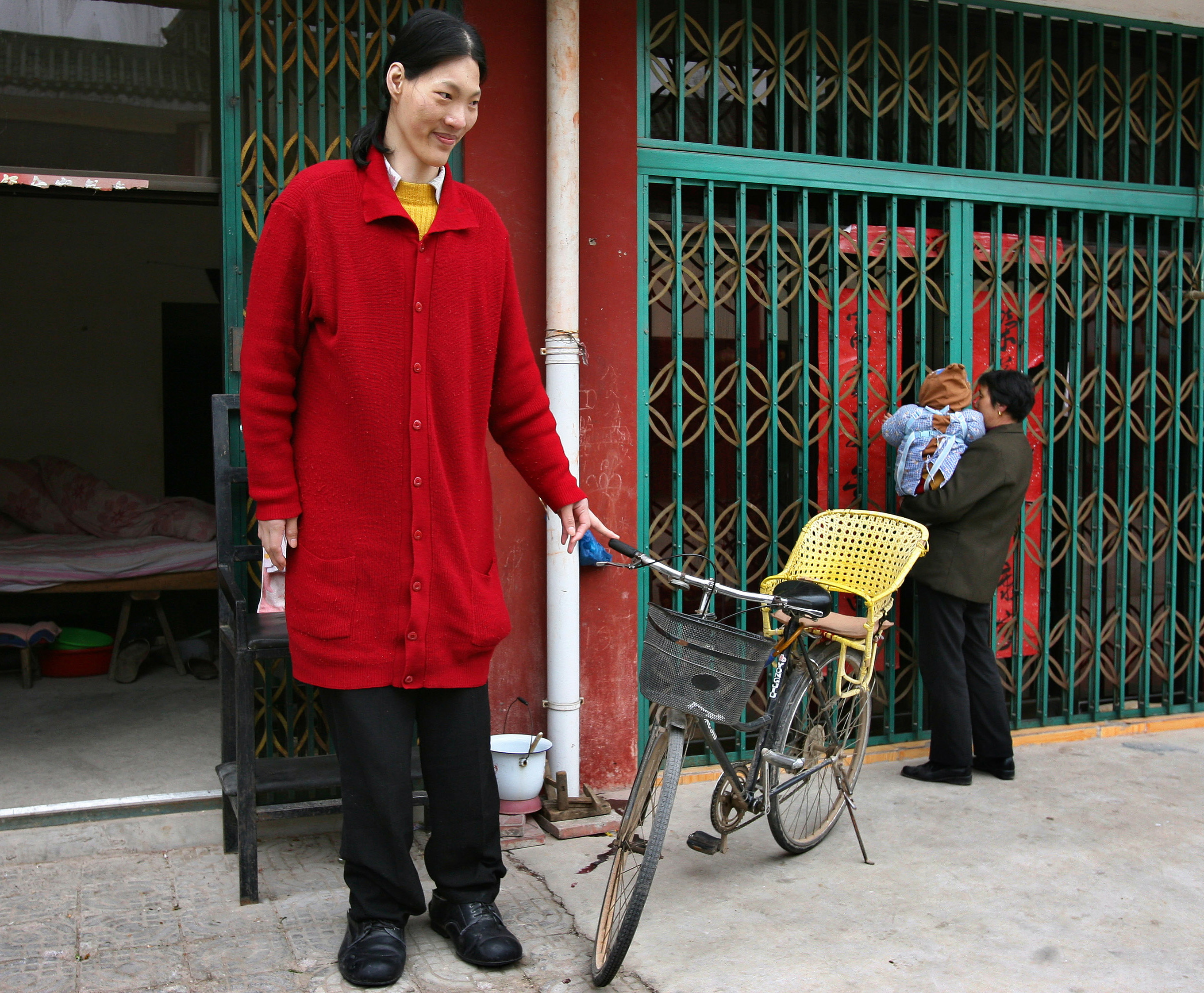 worlds tallest woman dies 78quot yao defen of china dead