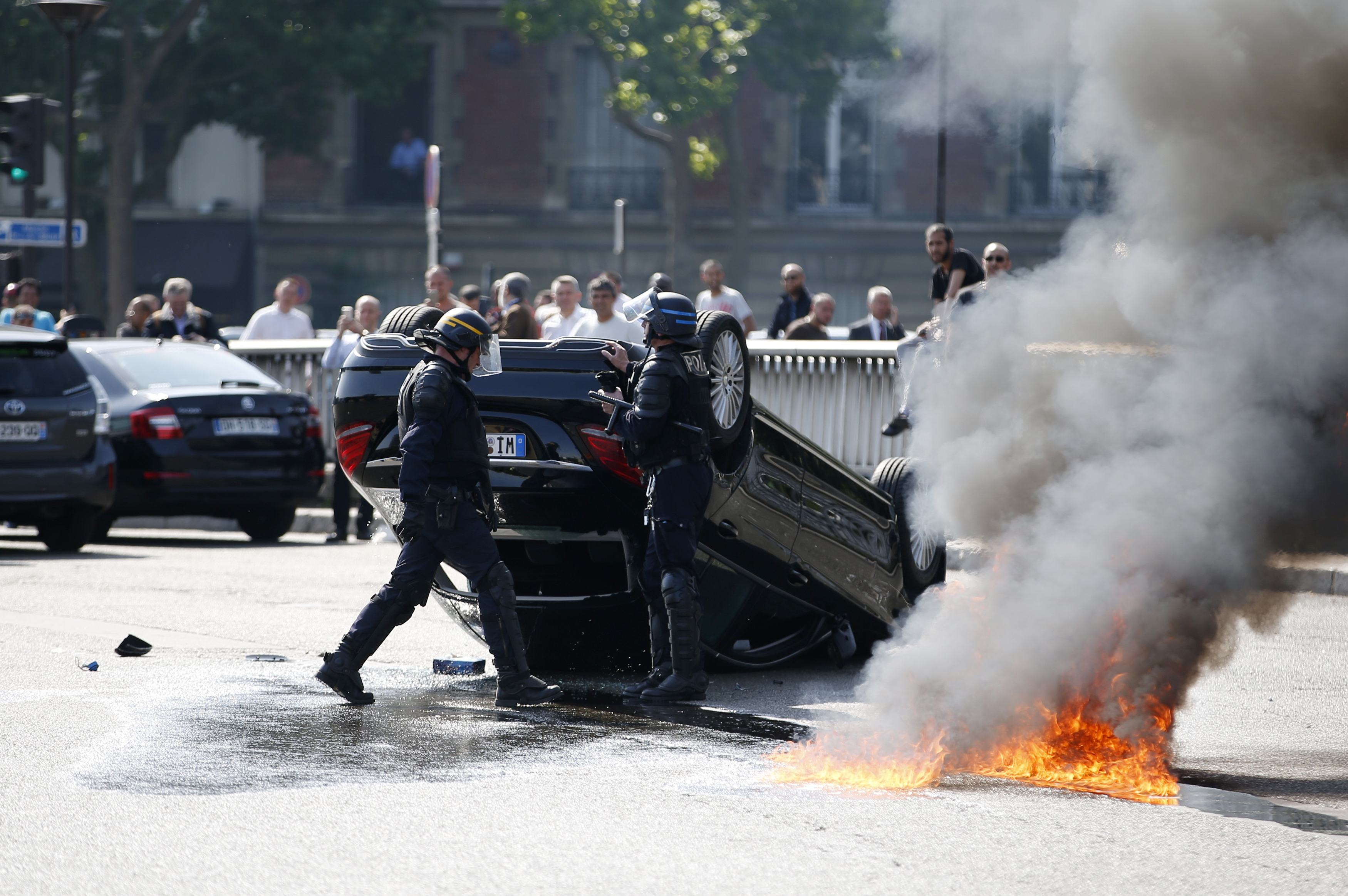 france uber protests 2015 pictures striking taxi drivers block paris airports burn tires to. Black Bedroom Furniture Sets. Home Design Ideas