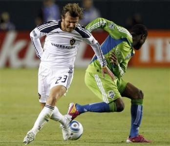 Los Angeles Galaxy's David Beckham(L) battles for the ball with Seattle Sounders' Steve Zakuani during the first half of Game 2 of their MLS Western Conference Semifinal soccer match in Carson, California, November 7, 2010.