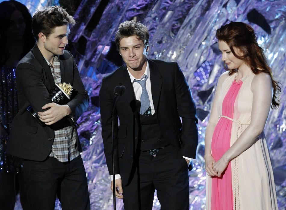 "Robert Pattinson (L), Xavier Samuel and Bryce Dallas Howard accept the award for best fight for ""The Twilight Saga: Eclipse"" at the 2011 MTV Movie Awards in Los Angeles, June 5, 2011."