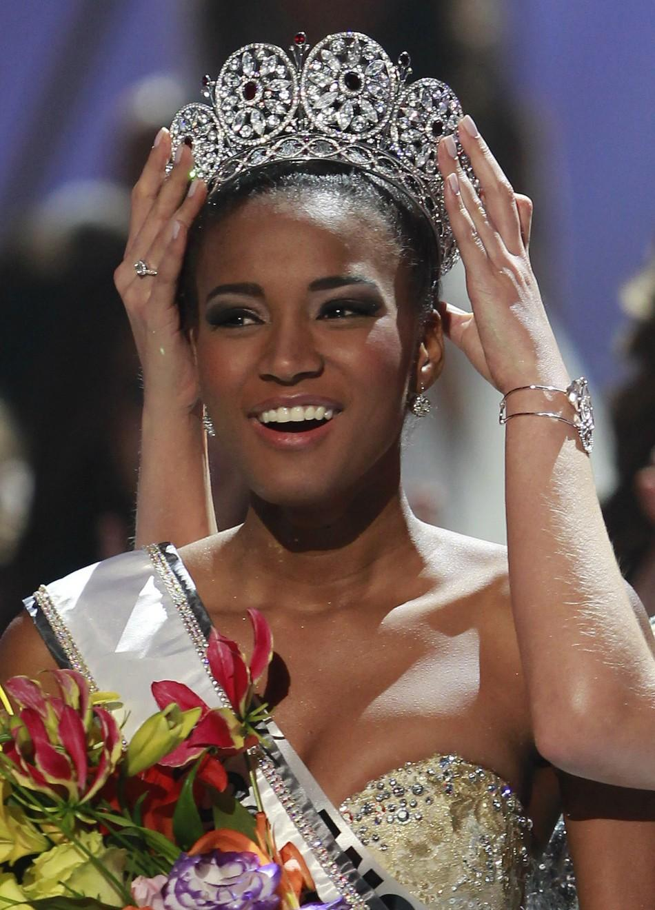 Miss Angola Leila Lopes is crowned by Miss Universe 2010 Ximena Navarrete of Mexico after being named Miss Universe 2011 during the Miss Universe pageant in Sao Paulo