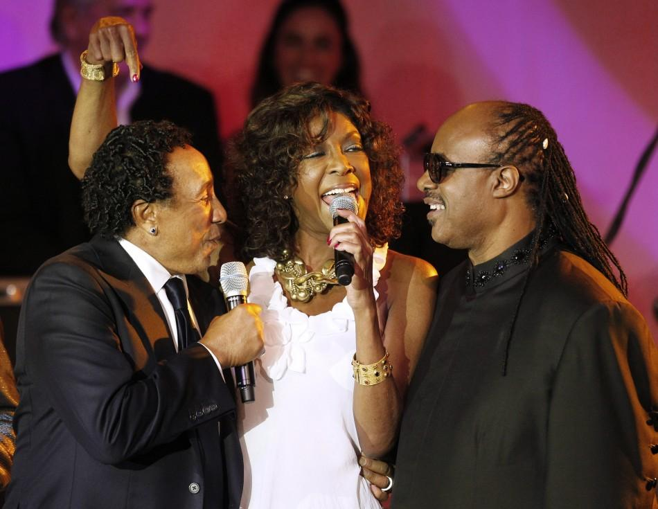 Singer Smokey Robinson (L) recipient of the 20th Ella Award at the Society of Singers annual dinner, sings along with friends Natalie Cole and Stevie Wonder as they perform in Robinson's honor in Beverly Hills, California