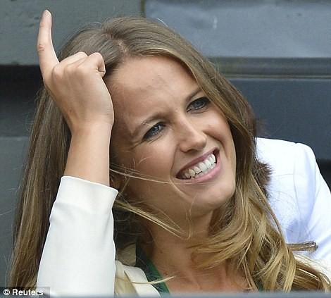 Kim Sears watching Andy Murray against Roger Federer