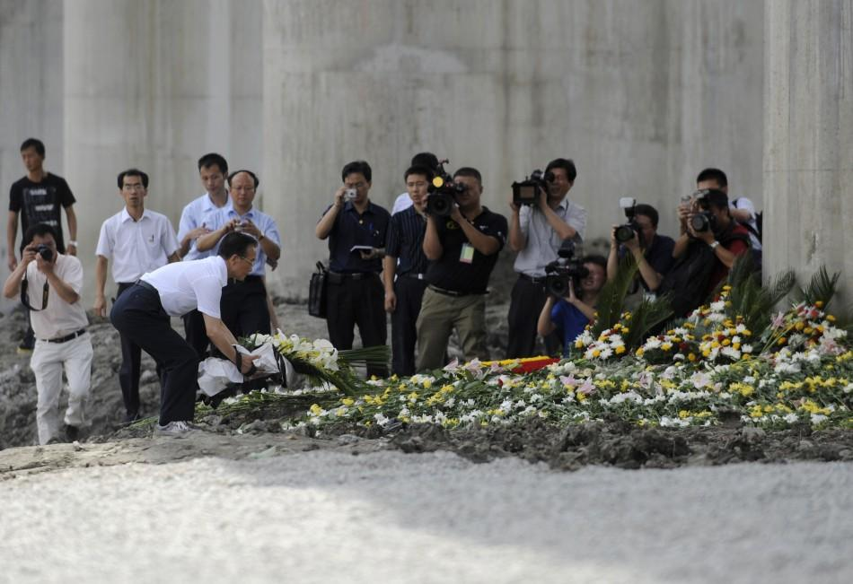 Chinese Premier Wen lays a bouquet of flowers to mourn for victims of the train accident in Wenzhou