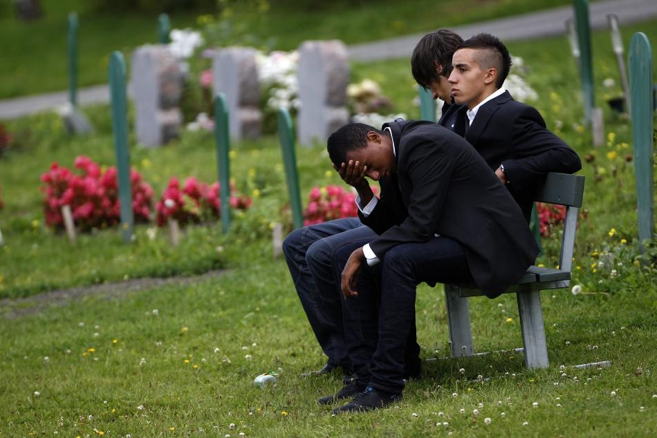 Young men react during the funeral ceremony for Mona Abdninur in Hoeybraeten