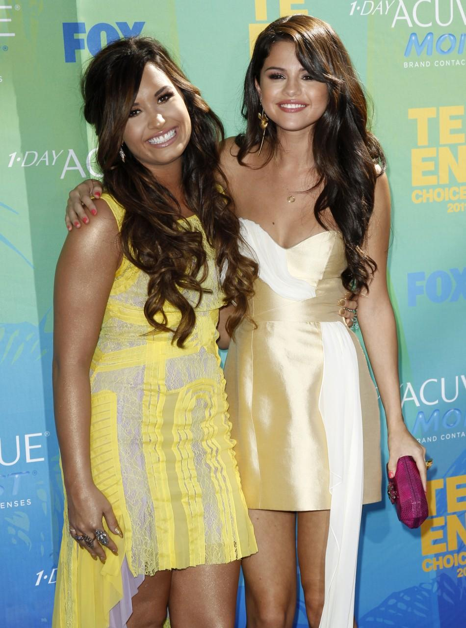 Lovato and Gomez pose together as they arrive at the Teen Choice Awards in Los Angeles