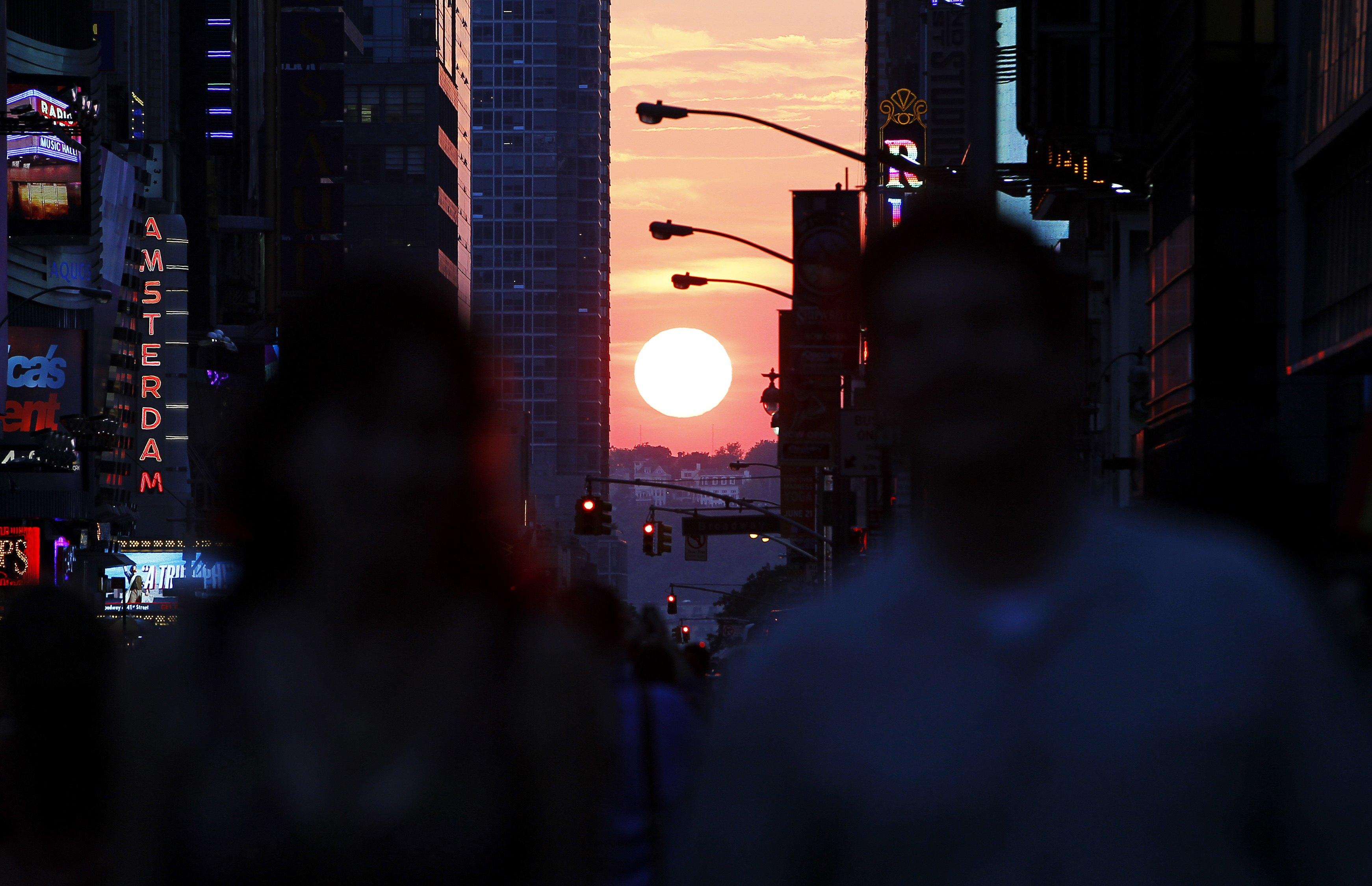 Manhattanhenge-May 29, 2013-1