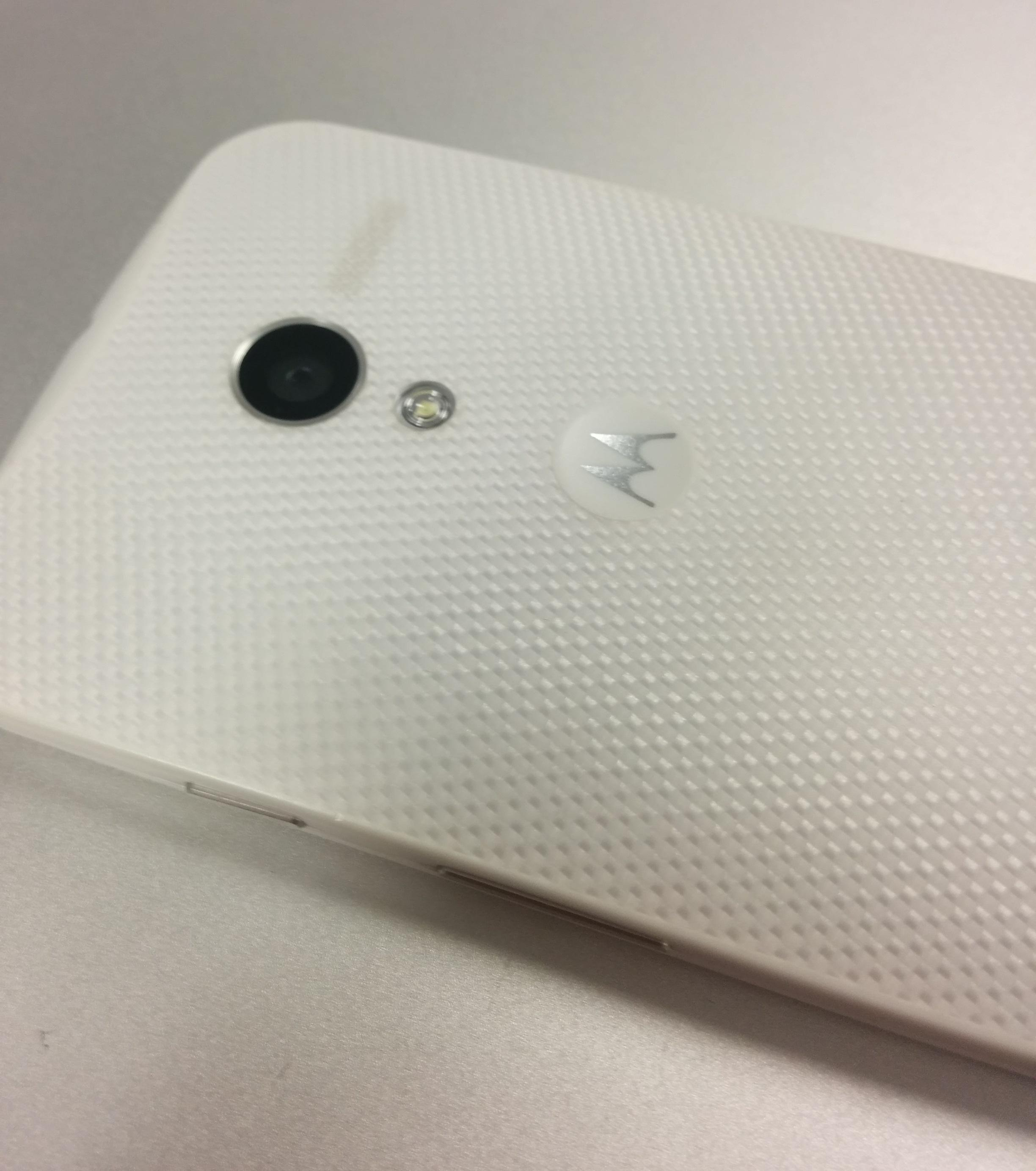 Moto X review back white kevlar