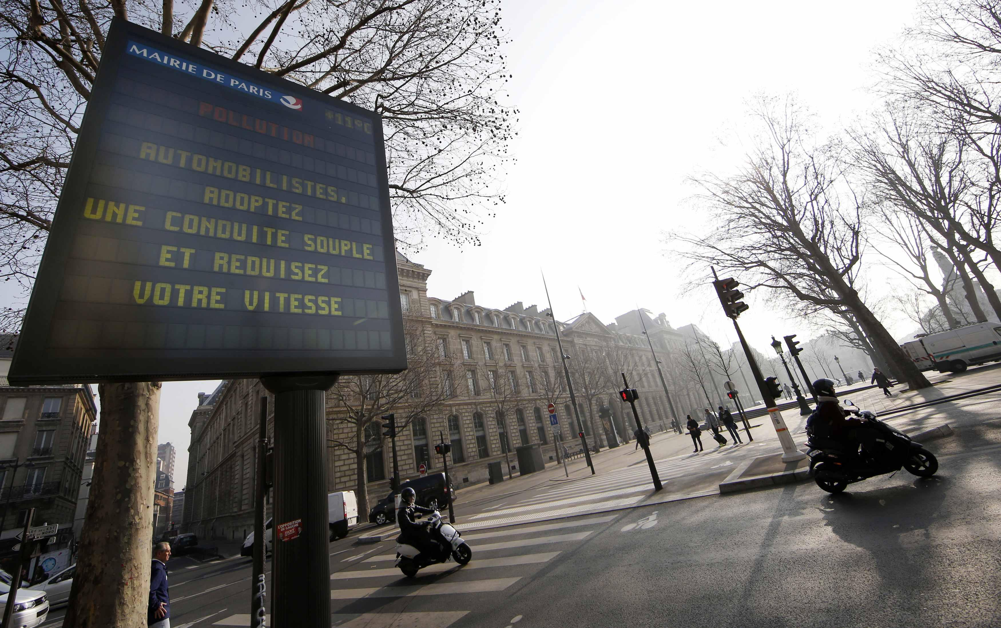 Paris Pollution March 14 Info Sign