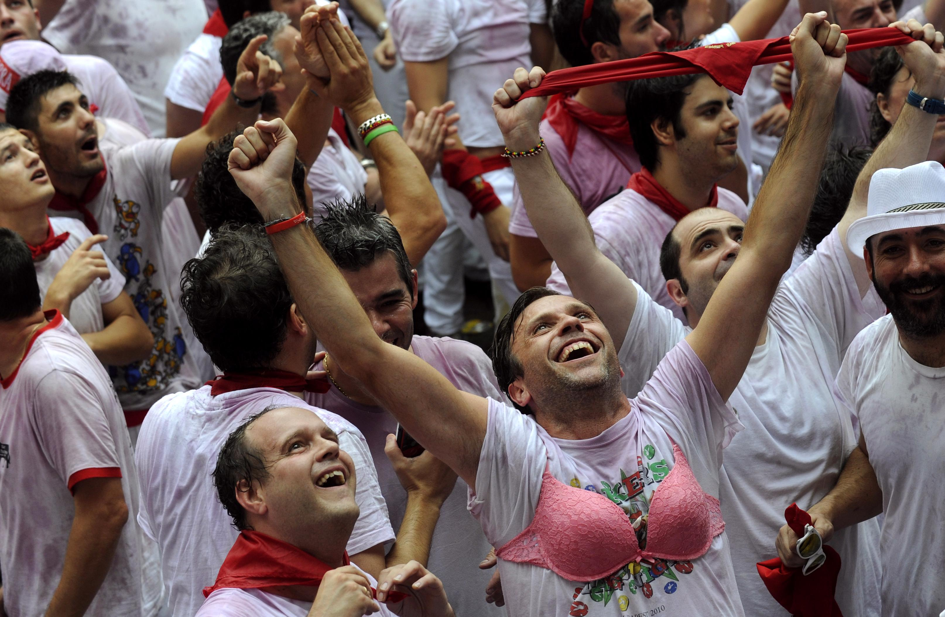 Running of the bulls 2014 thousands turn out to kick off - Inmobiliaria marcos pamplona ...