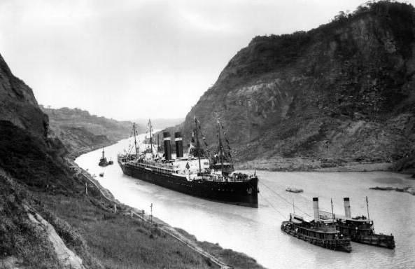 Kroonland_in_Panama_Canal,_1915
