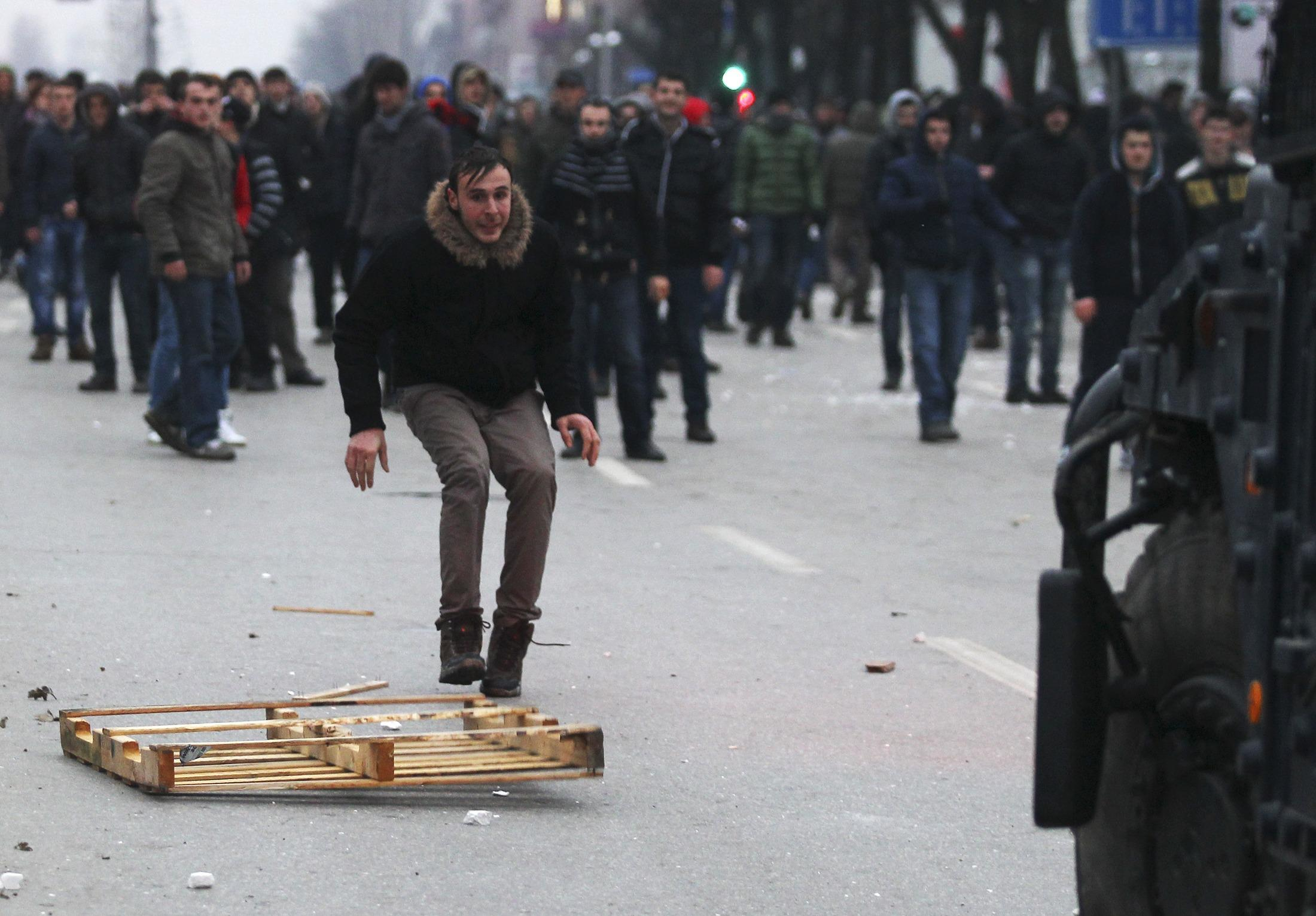 2015-01-27T190442Z_1279652436_GM1EB1S08ES01_RTRMADP_3_KOSOVO-PROTESTS