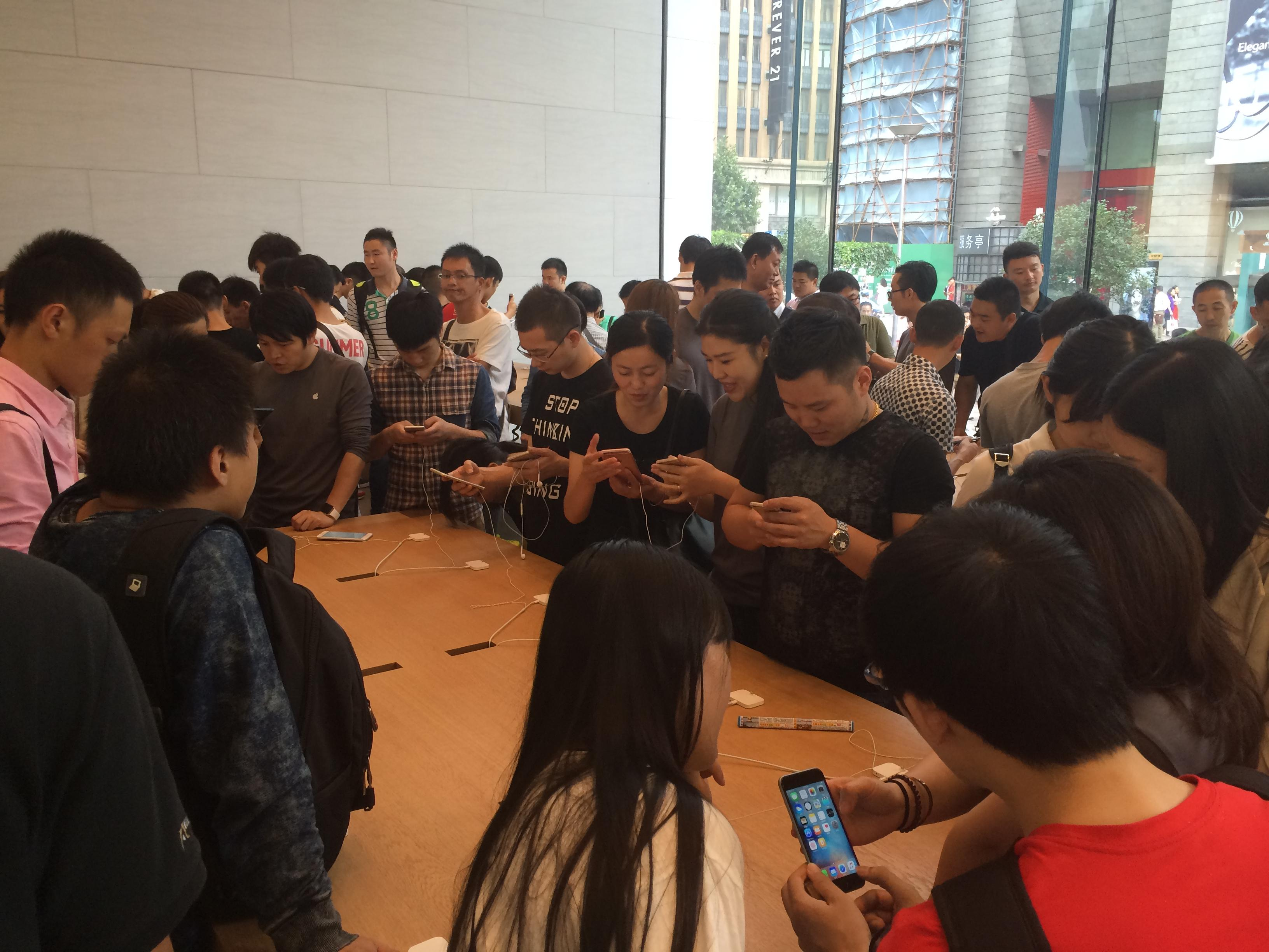 iPhone Shoppers In Shanghai, China