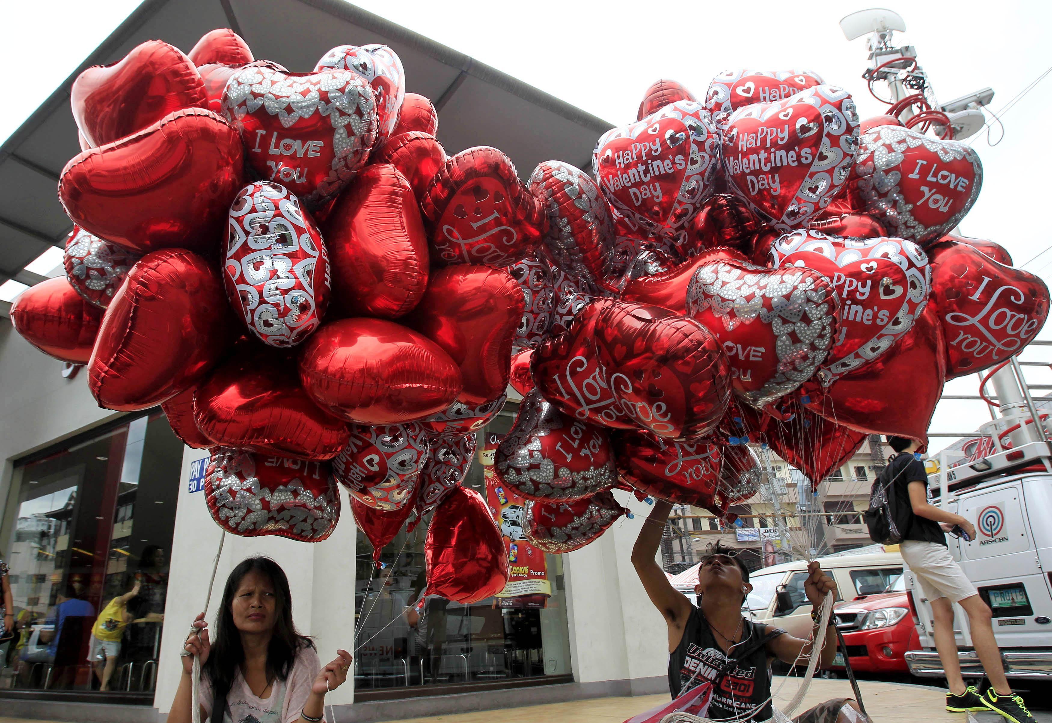 Valentines day card ideas 2016 10 do it yourself designs for your street vendors sell heart shaped balloons on the eve of valentines day in manila feb13 2015 photo reuters solutioingenieria Image collections