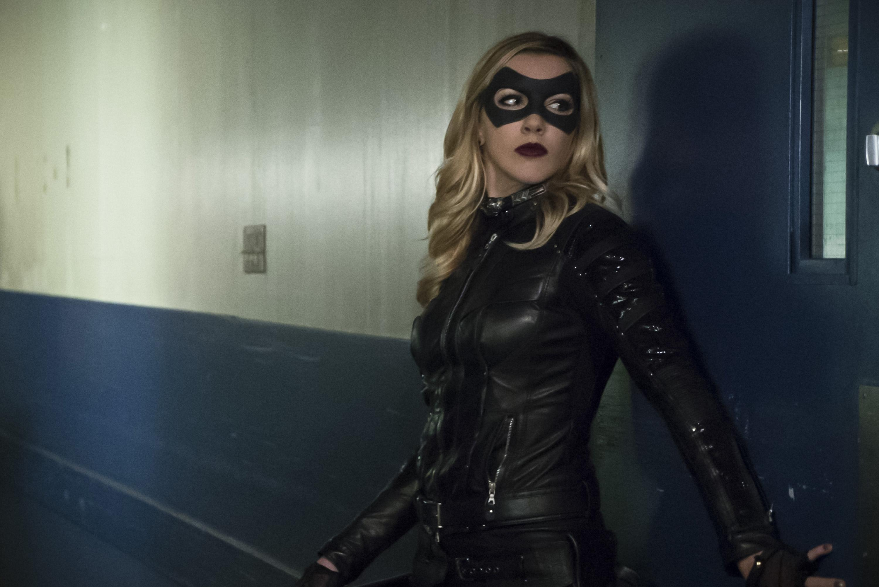 The Flash Season 2 Spoilers Arrow Star Katie Cassidy Will Crossover In Upcoming Episode Who Is Black Siren