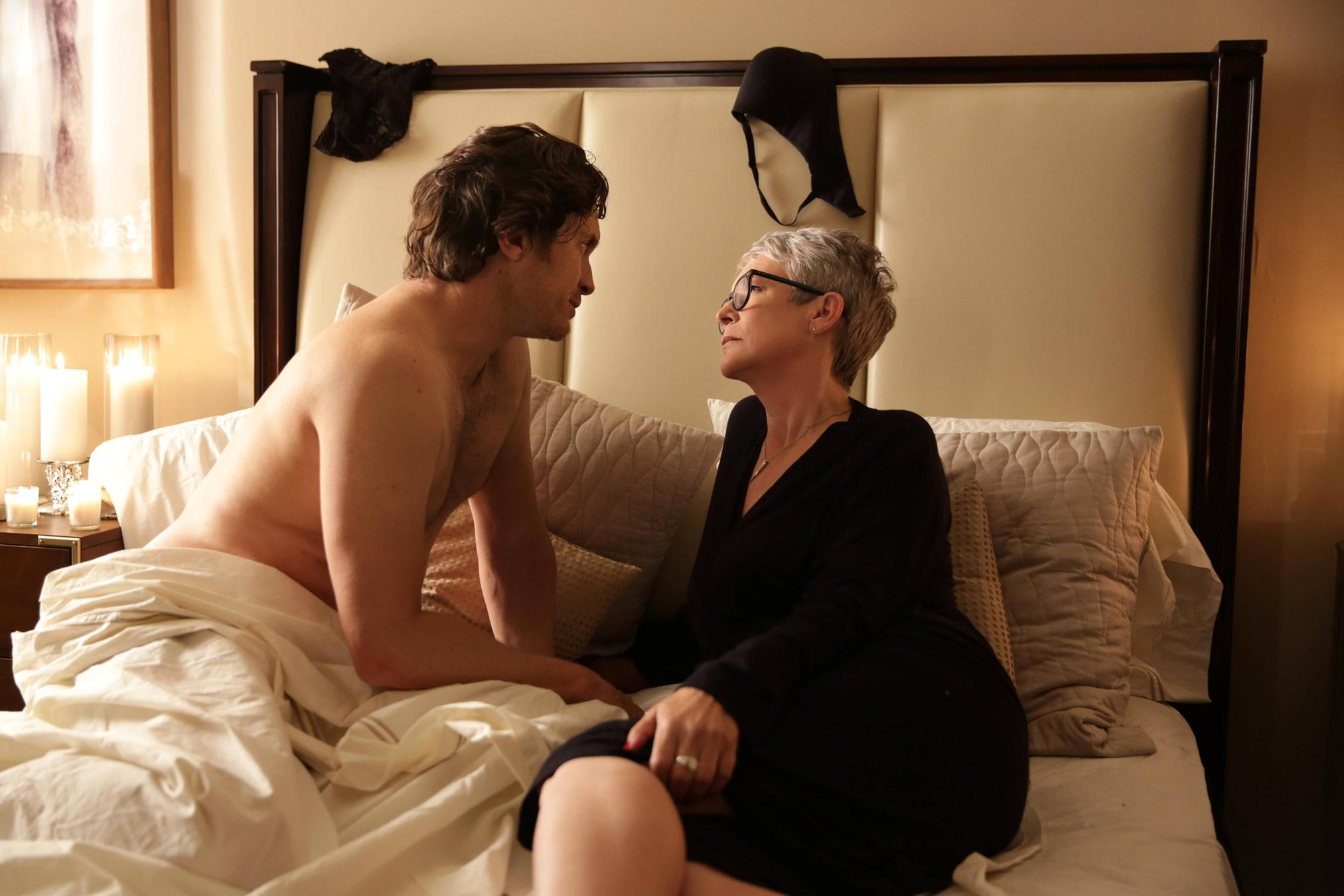 Oliver Hudson as Wes, Jamie Lee Curtis as Dean Munsch