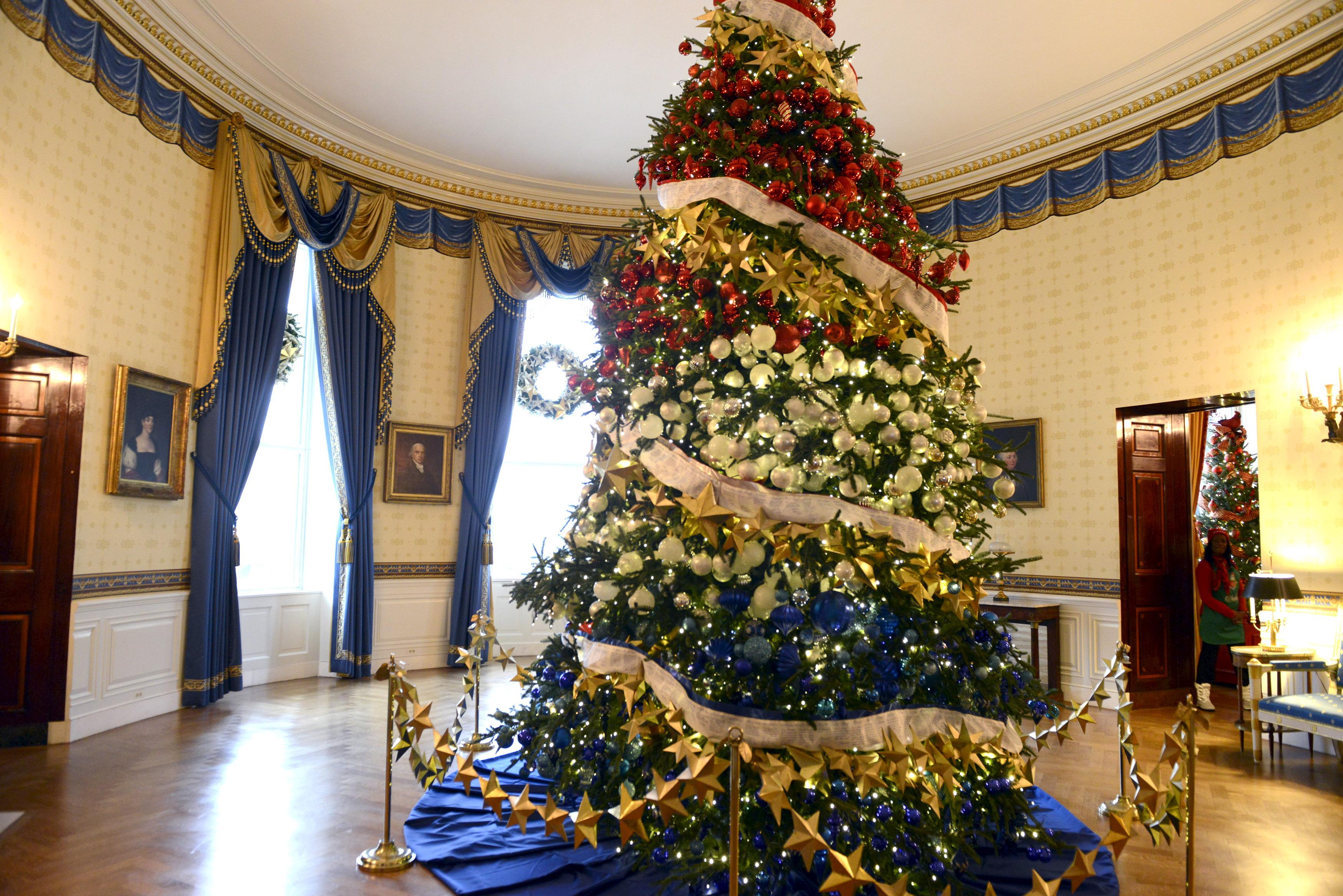 a decorated christmas tree almost reached the ceiling of the blue room of the white house nov 29 2016 photo reuters