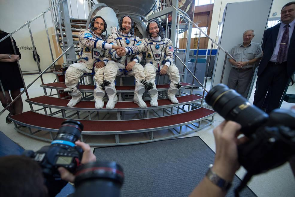 Soyuz spacecraft lifts new crew to space station