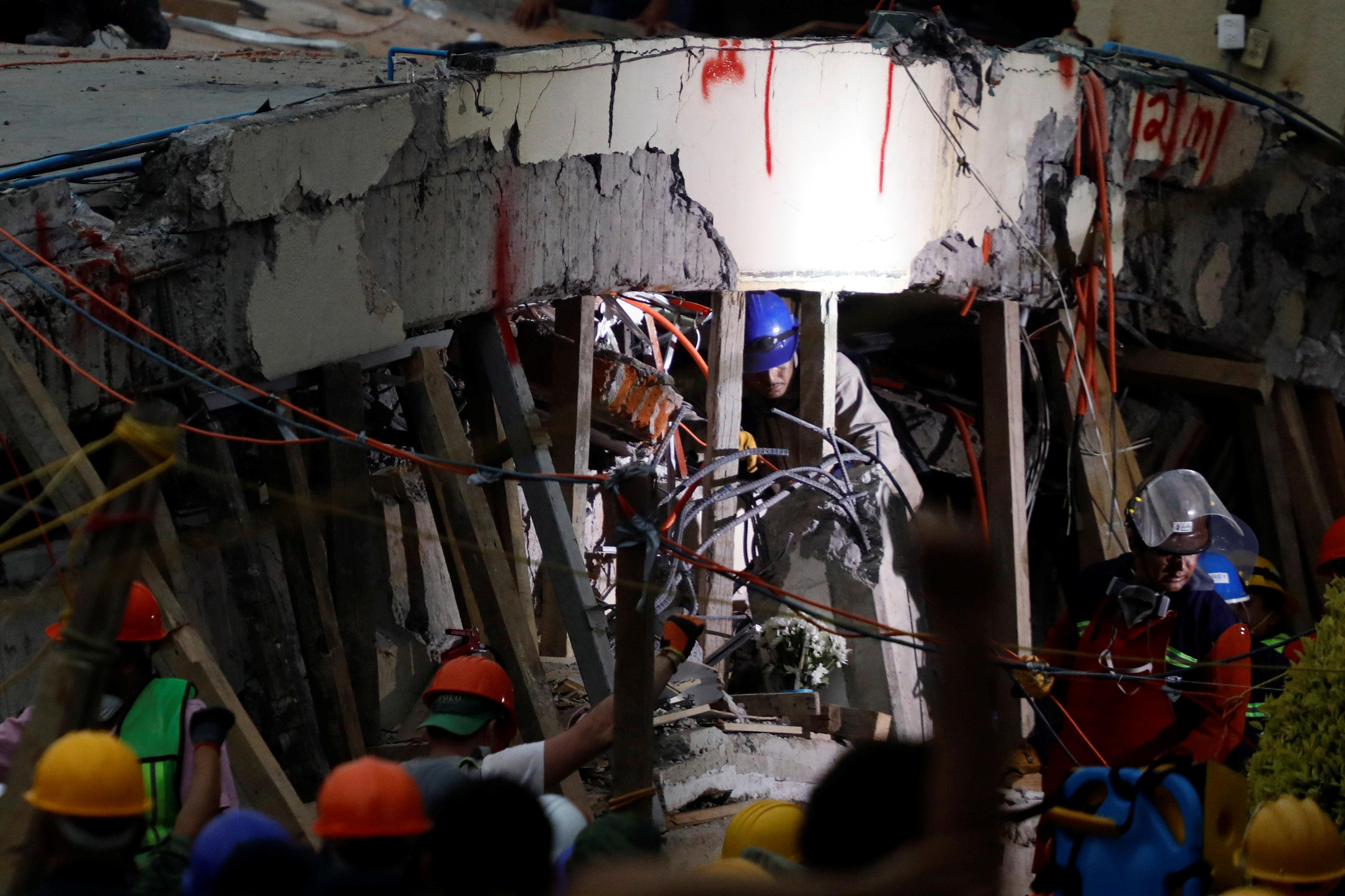 Mexico quake: Rescuers race to save missing school children