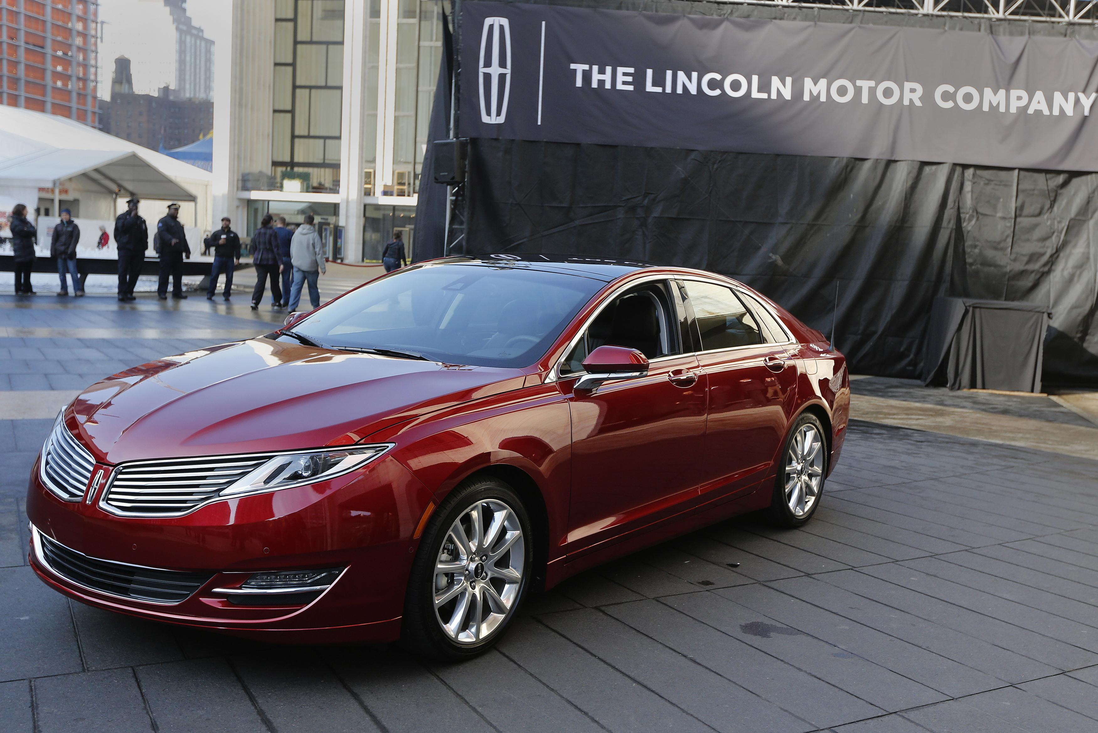 Ford recalls 1.4 million Fusions, Lincoln MKZs because steering wheels can detach