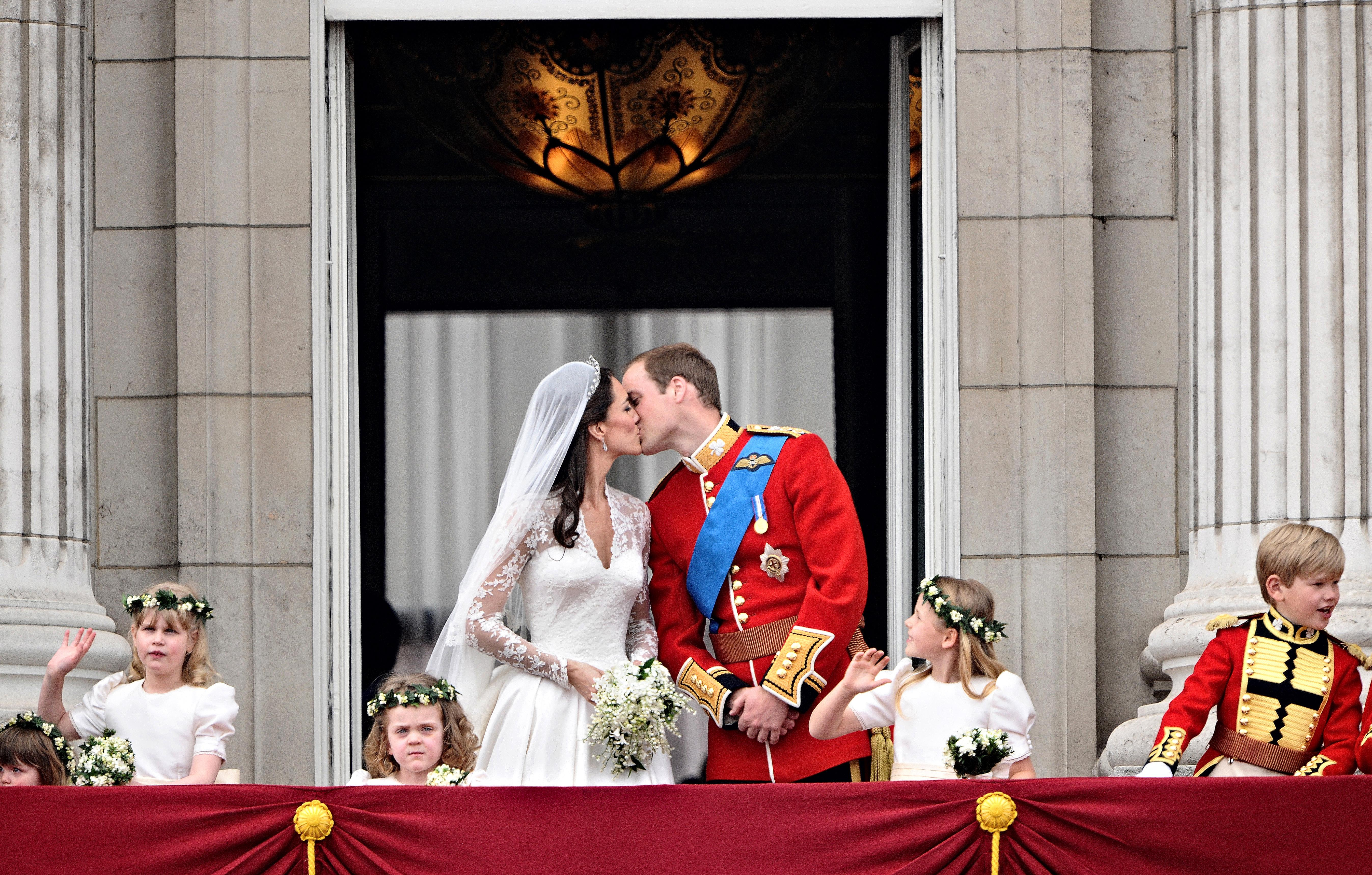How Much Was Princess Eugenie\'s Wedding Compared To Meghan Markle ...
