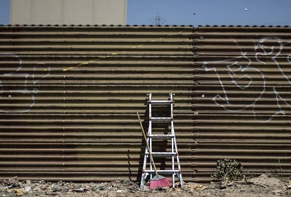 Fundraiser for ladders counters border-wall campaign
