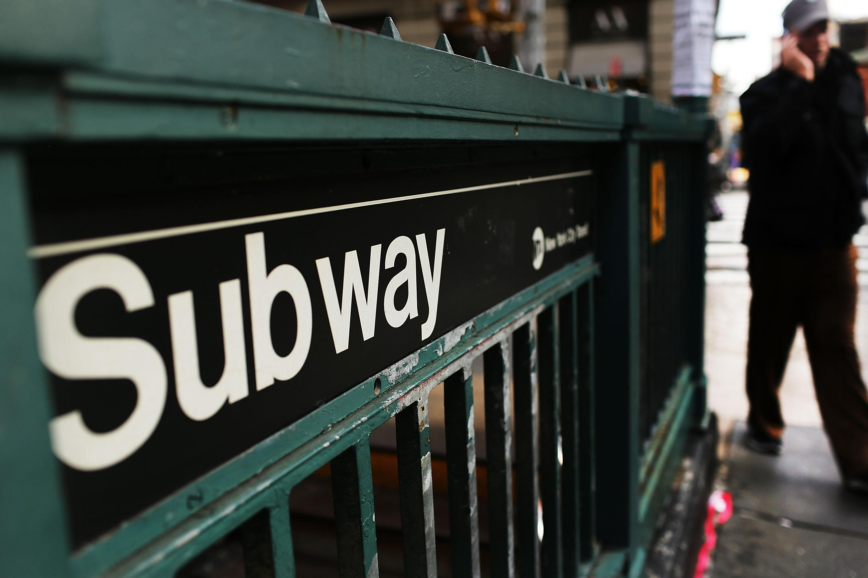 Suicidal Dad Jumps onto Subway Tracks Holding 5-Year-Old Daughter