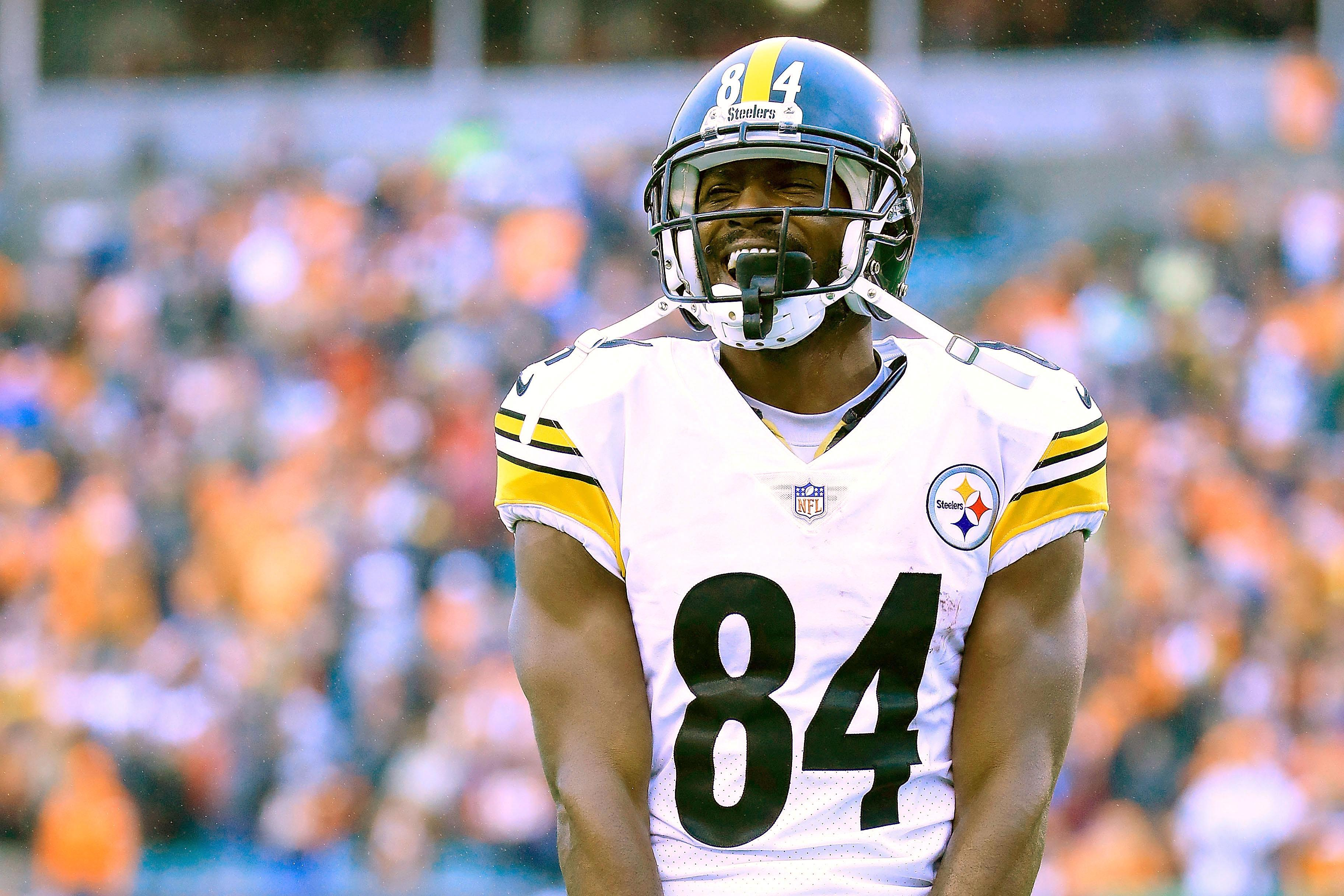 buy popular 60d44 b173a Antonio Brown: Patriots Issue Statement After RB Is Accused ...