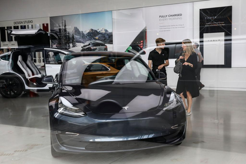 Elon Musk promises robot fleet of Tesla taxis by end of 2020