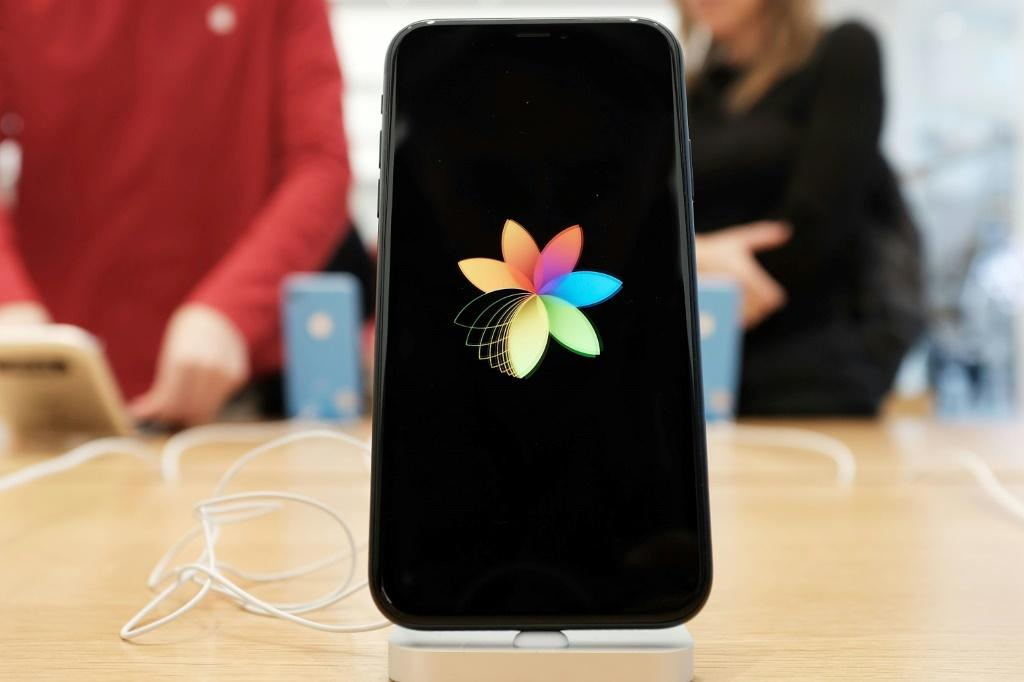 Analysts say Apple is facing an important upgrade cycle for the iPhone, and that the company is facing headwinds in China due to trade frictions