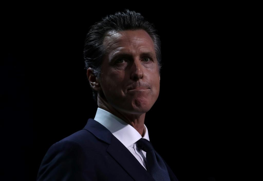 Goveror Gavin Newsom signed a new California law that requires rideshare firms such as Uber and Lyft to treat its contract drivers as employees