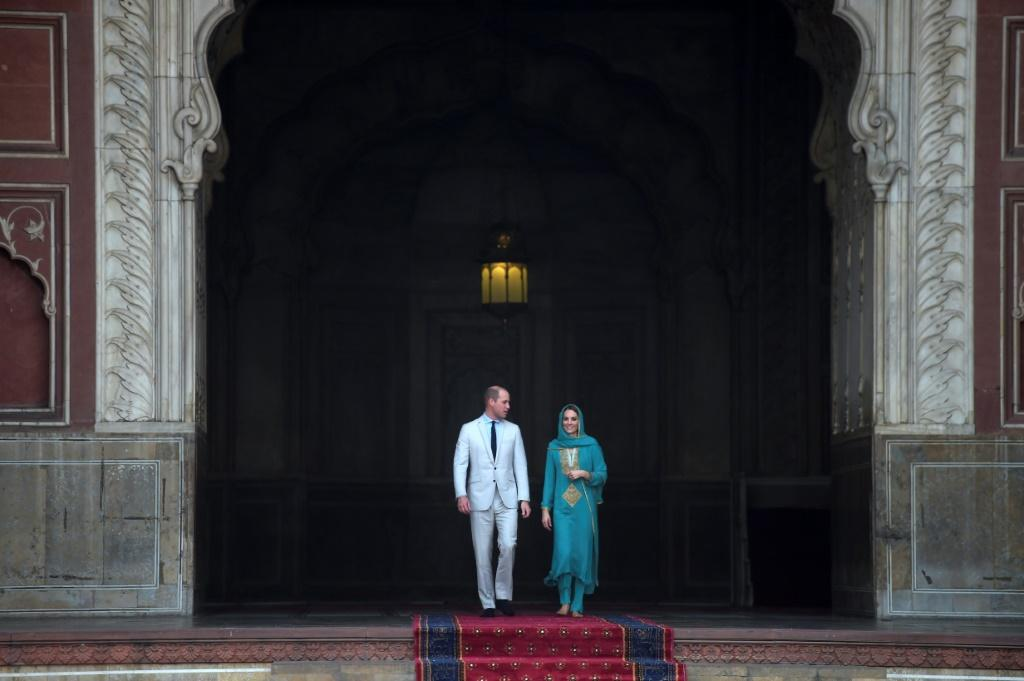 Prince William and his wife Kate explored Lahore's famous Badshahi Mosque -- one of the world's largest