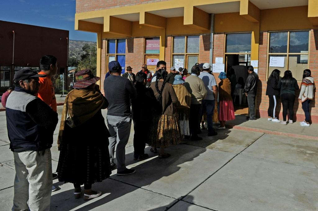 People line up to vote in La Paz