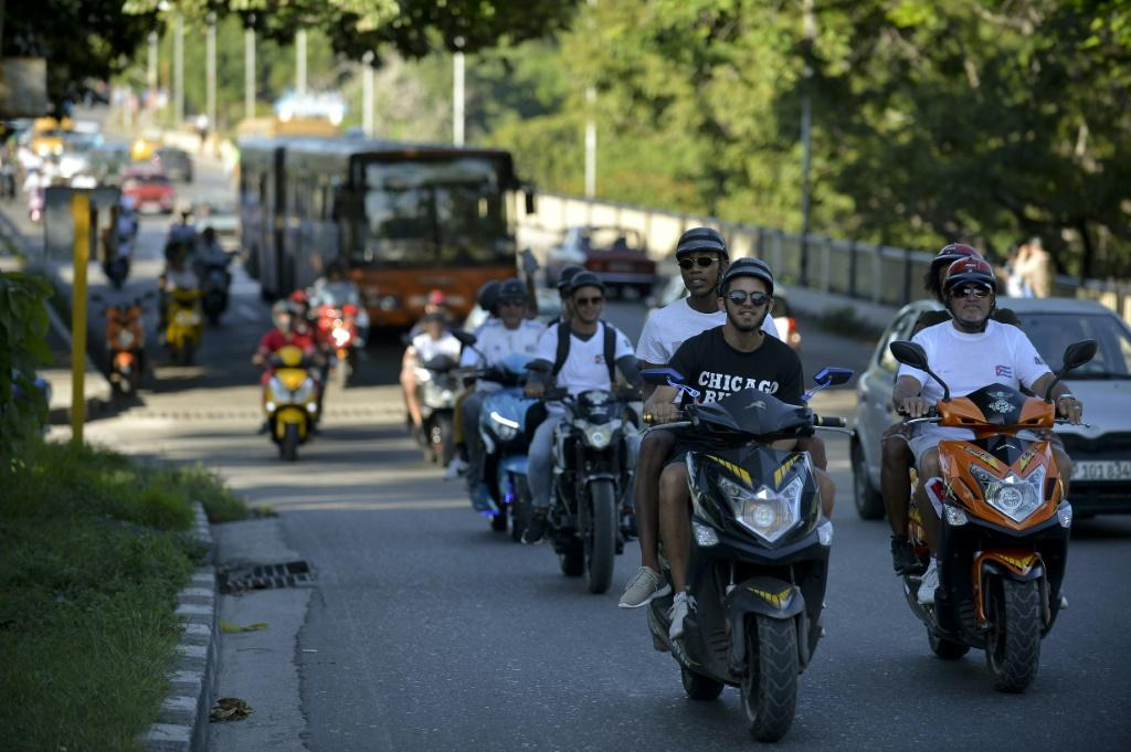 Electric motorcycle riders have come to the rescue of Cuban passengers delayed by fuel shortages