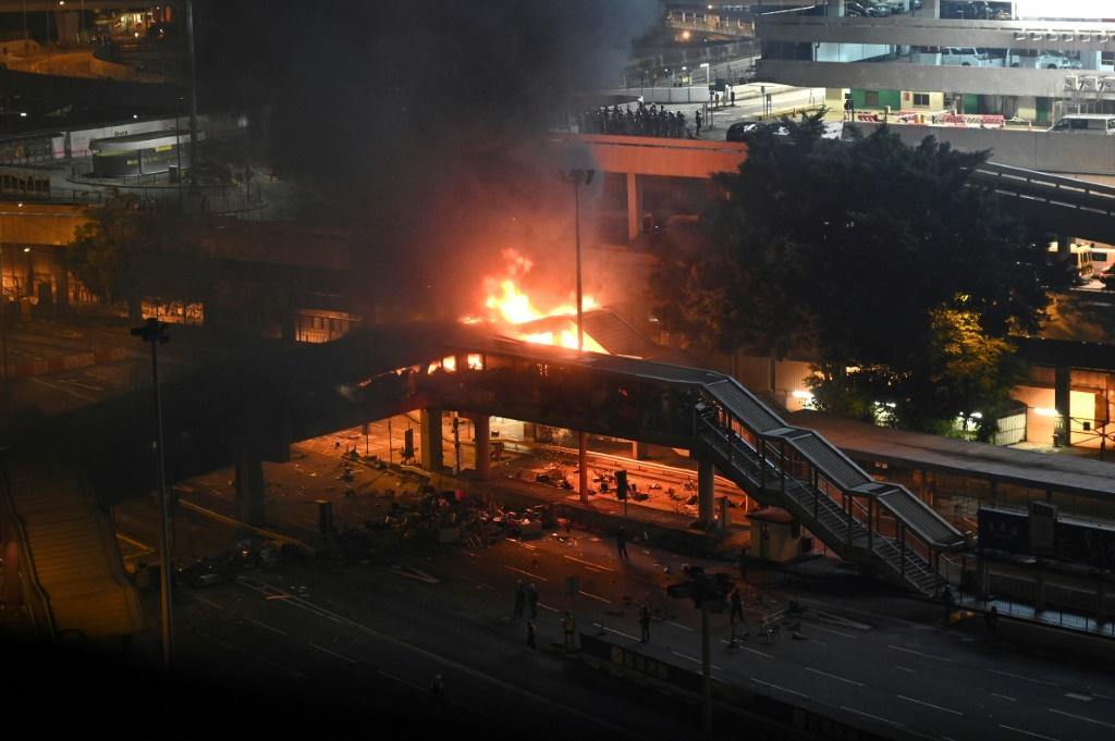 Police tried to retake a footbridge over a tunnel in Hong Kongbut were met by a barrage of petrol bombs that caused a huge fire