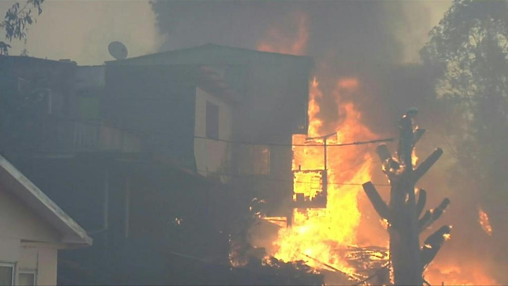 Some 150 houses have been destroyed, nearly 2,000 people are without electricity and 12 firefighters have been injured in an ongoing voracious forest fire that affects the tourist Chilean port of Valparaiso. ++ ATTN CLIENT COMPLETE VIDI1NB0EJ_EN ++
