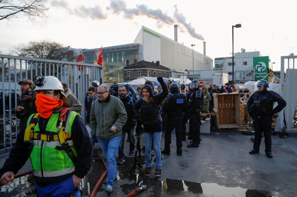Strikers were evacuated by police after blockading a waste incinerator on the outskirts of Paris