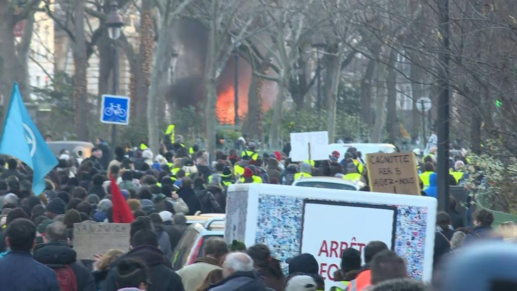 Hundreds of yellow vest supporters took to the streets of Paris, escorted by dozens of riot police as several clashes broke out