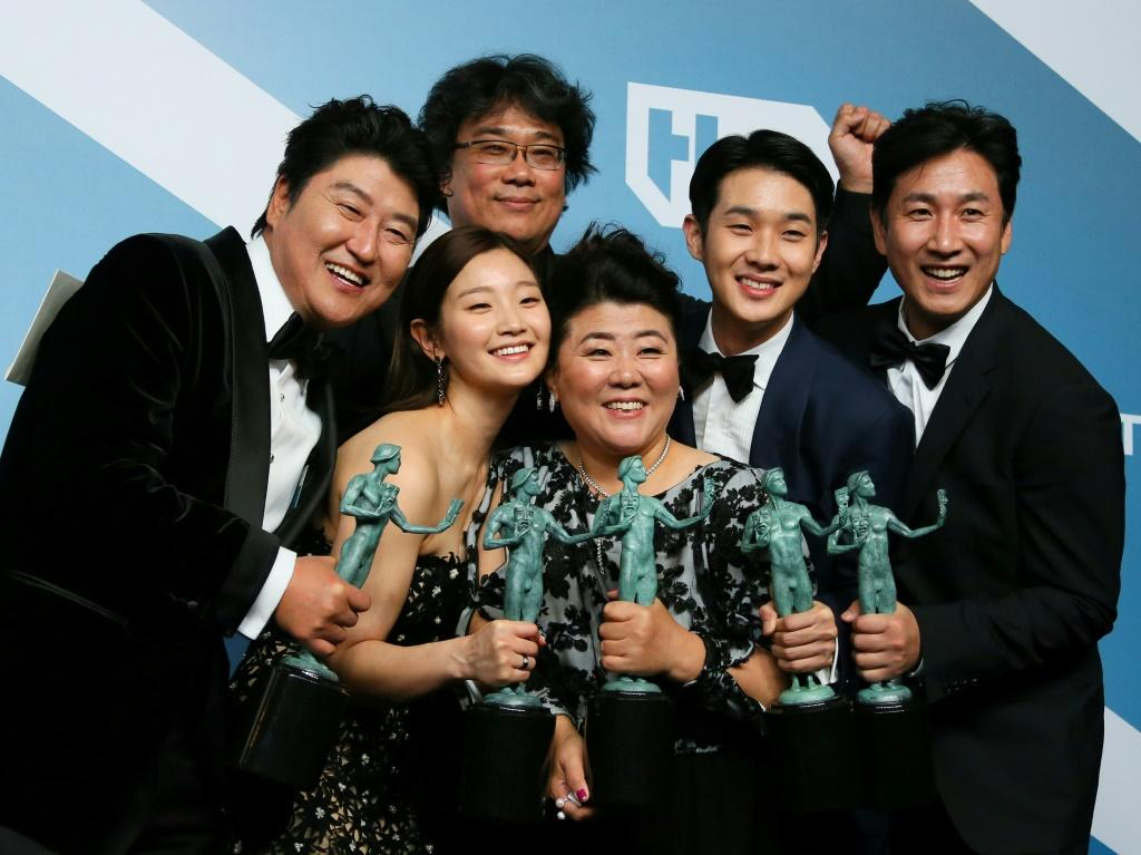 """Parasite"""" cast (L-R) Song Kang-ho, Cho Yeo-jeong, director Bong Joon-ho, Lee Jung-eun, Choi Woo-shik, and Lee Sun-kyun pose with their trophies for Outstanding Performance by a Cast in a Motion Picture during the SAG Awards in Los Angeles"""