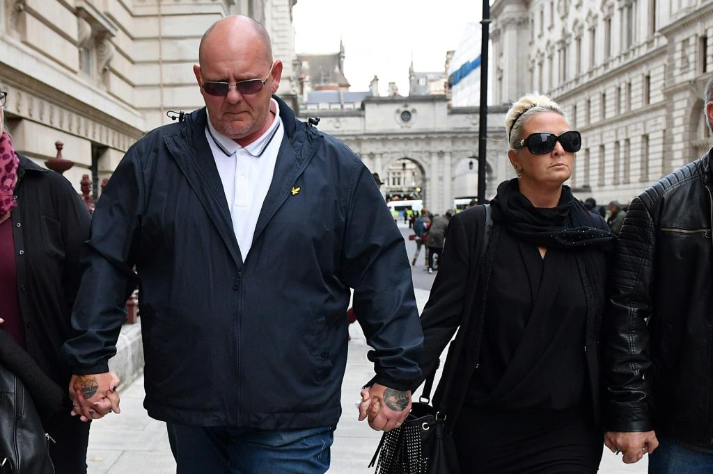 Charlotte Charles (R) and Tim Dunn have asked the United States to extradite American national Anna Sacoolas over the death of their son Harry in a road accident