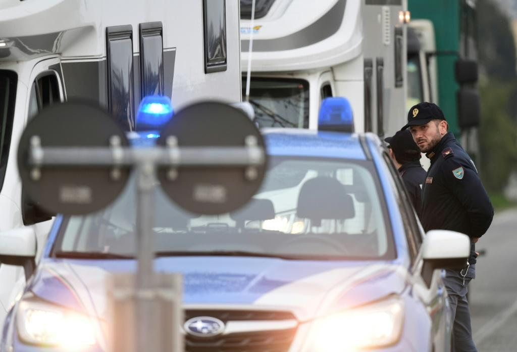 In Casalpusterlengo, police set up checkpoints to stop all vehicles travelling in both directions on the road that leads to Codogno