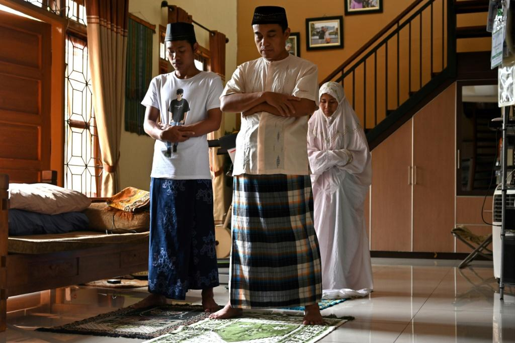 Noon Islamic prayers at home after Muslims were called on to avoid religious gatherings