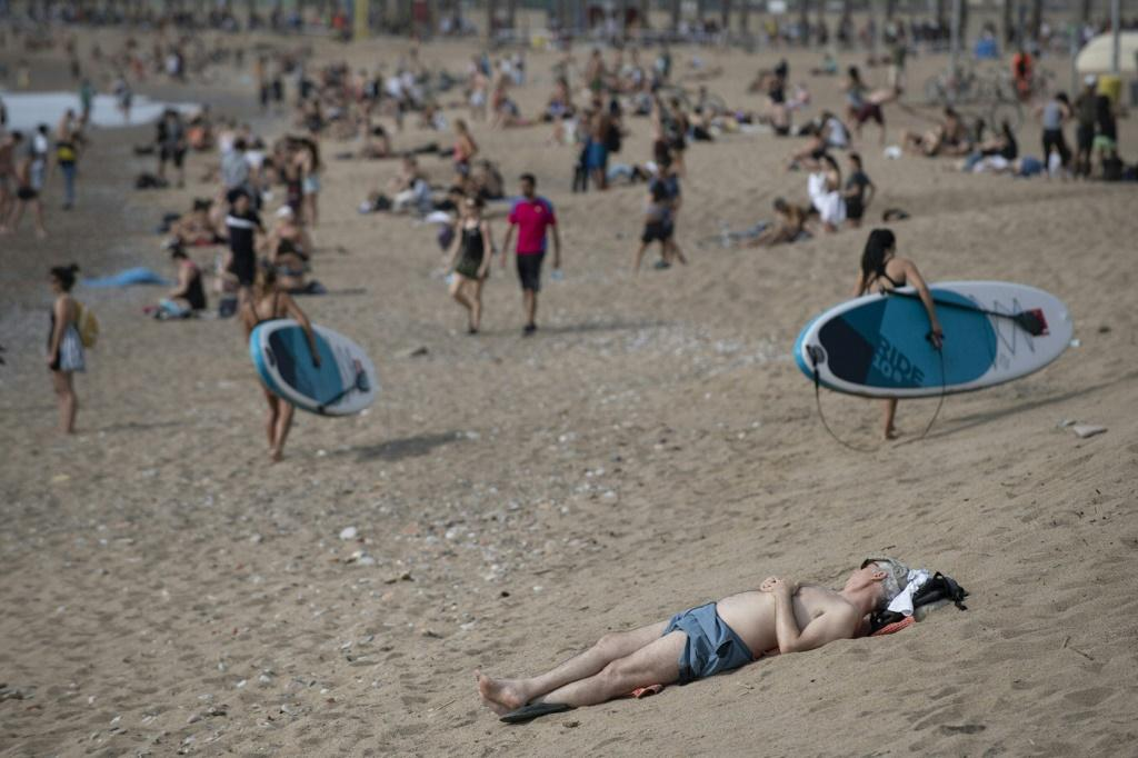 The health ministry recommends limiting the number of visitors to beaches, creating boundaries and spacing umbrellas four metres apart