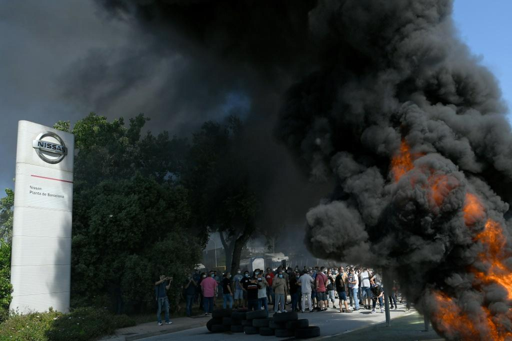 Angry Nissan employees responded to news of the Barcelona plant's closure by setting fire to a mound of tyres at its entrance and blockading the road into the complex