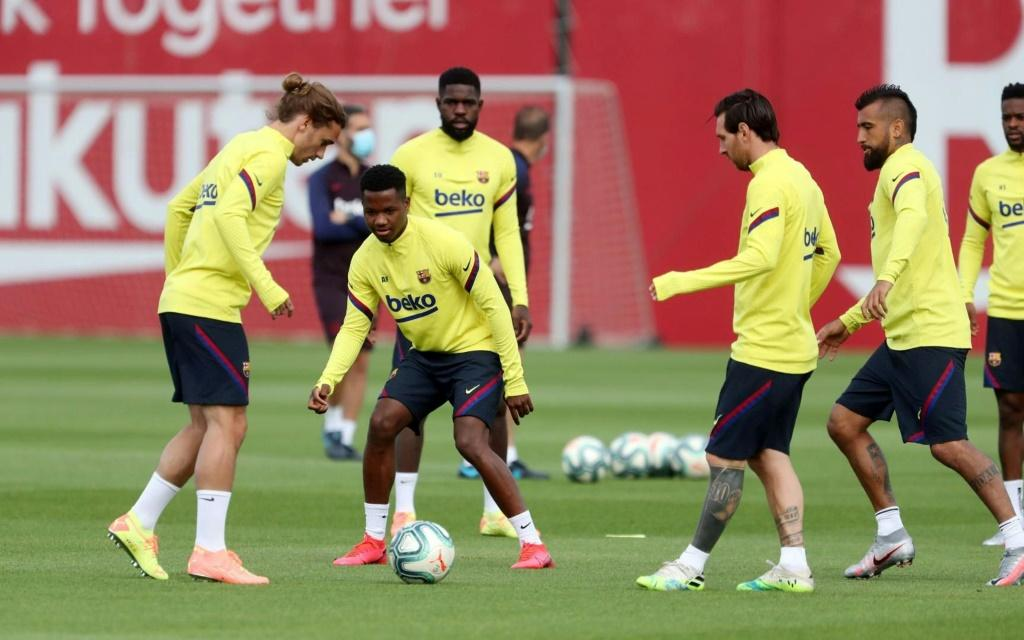 Lionel Messi and Antoine Griezmann take part in a Barcelona training session