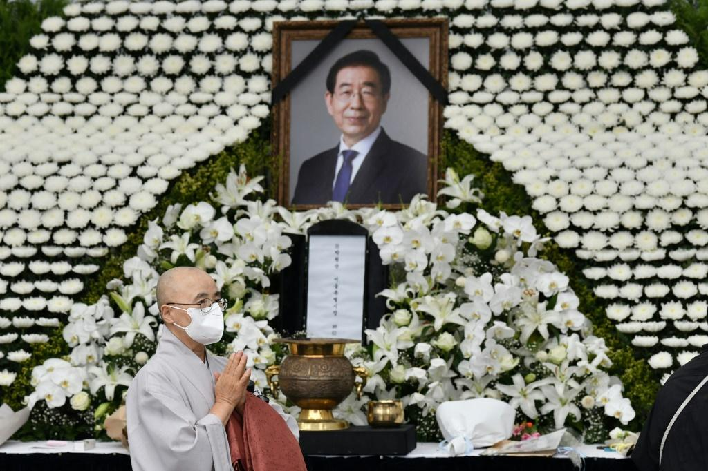 President Moon Jae-in sent flowers to the funeral and his chief of staff attended personally