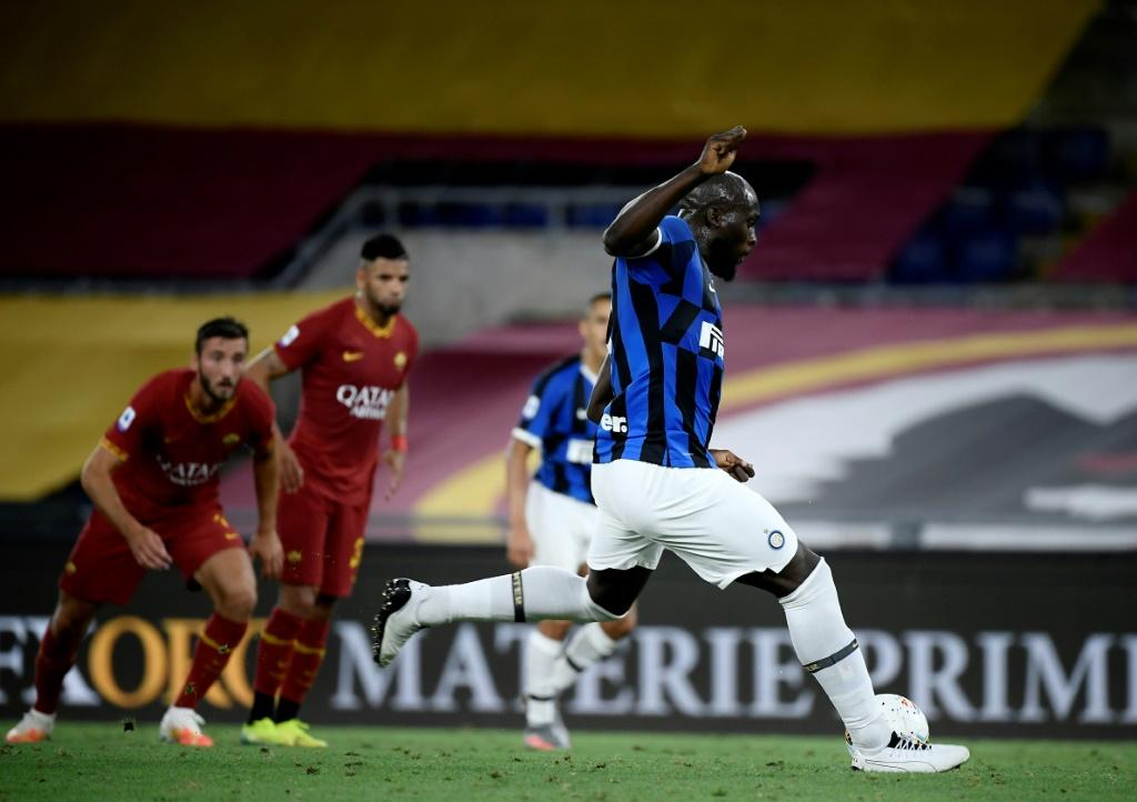 Inter Milan's Romelu Lukaku (R) shoots and scores a penalty kick against Roma.