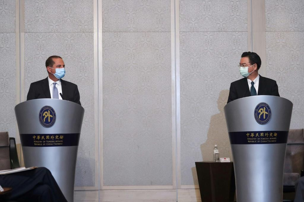 Foreign minister Joseph Wu (right) met US cabinet official Alex Azar (left) in Taipei