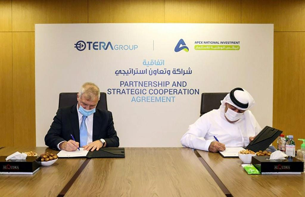 Representatives from the Emirati company APEX National Investment (R) and the Israeli TeraGroup sign an agreement to develop research on the novel coronavirus