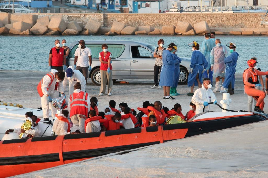 Italian coast guard rescued some migrants from a humanitarian ship and brought them to Lampedusa